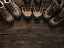 Familie wandelingsschoenen op donkere houten backgroud Hoogste mening Reis c Stock Foto's