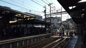 Familie wartet auf den Zug an Hase-Station stock video footage