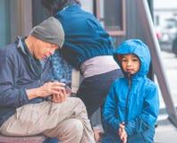 Familie wartet, um vom japanischen Restaurant des ber?hmten Tempura nach innen zu gehen stockfotos