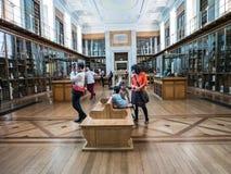 Familie wartet, während Vater Foto in British Museum, Lo macht Lizenzfreie Stockfotos
