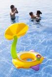 Familie in waterpool met kinderenstuk speelgoed het spelen met geluk Royalty-vrije Stock Foto's