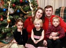 Familie am Weihnachtsbaum Stockbilder