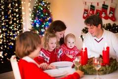 Familie am Weihnachtsessen zu Hause Stockfotos
