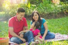 Familie, welche die beste Zeit hat stockfotos