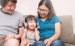 Familie, welche die gute Zeit im Wohnzimmer hat lizenzfreie stockfotos