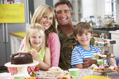 Familie, welche die Heimkehr des Vaters feiert stockfoto