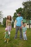 Familie in werf royalty-vrije stock fotografie