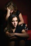 Familie widerspricht - traurige Jugendliche und ihre besorgte Mutter Lizenzfreie Stockfotos