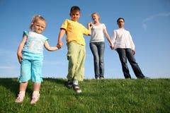 Familie wih Kinder Lizenzfreie Stockfotos