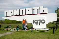 Familie wirft für Foto in Pripyat, Tschornobyl-Ausschluss-Zone auf Stockbilder