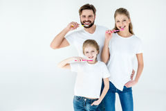 Familie in witte t-shirts die tanden met tandenborstels schoonmaken royalty-vrije stock foto