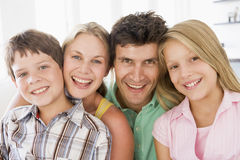 Familie in woonkamer het glimlachen stock afbeelding