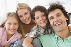 Familie in woonkamer het glimlachen Royalty-vrije Stock Foto's