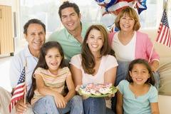 Familie in woonkamer op vierde van Juli stock foto's
