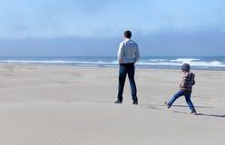 Familie in zandduinen stock afbeelding