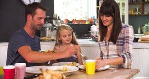 Familie zu Hause, die zusammen das Mittagessen isst stock footage