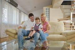Familie zu Hause unter Verwendung des Tablet-Computers Stockbilder