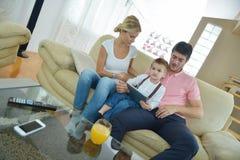 Familie zu Hause unter Verwendung des Tablet-Computers Lizenzfreie Stockbilder