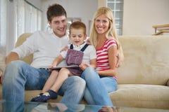 Familie zu Hause unter Verwendung des Tablet-Computers Lizenzfreies Stockbild