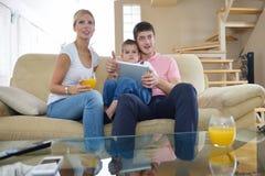 Familie zu Hause unter Verwendung des Tablet-Computers Stockfoto