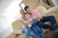 Familie zu Hause unter Verwendung des Tablet-Computers Lizenzfreie Stockfotografie
