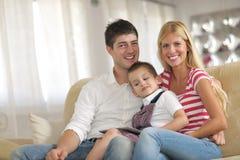Familie zu Hause unter Verwendung des Tablet-Computers Stockfotografie
