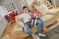 Familie zu Hause unter Verwendung des Tablet-Computers Lizenzfreie Stockfotos