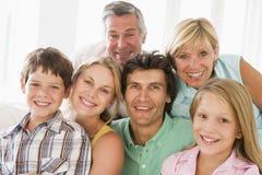 Familie zuhause zusammen lächelnd stockfotos