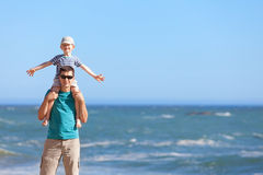 Familie zusammen am Strand Lizenzfreie Stockfotos