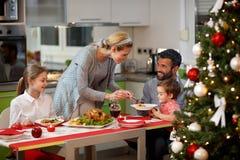 Familie zusammen am verzierten Tisch, der festlich zu Abend isst Lizenzfreies Stockfoto