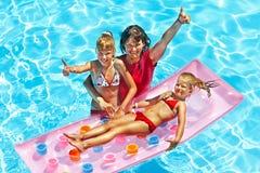 Familie in zwembad. Stock Foto's