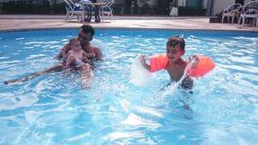 Familie in zwembad royalty-vrije stock fotografie