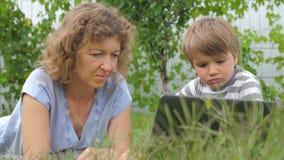 Familieachtergrond Moeder en kindconcept Technologieën en kinderen stock videobeelden