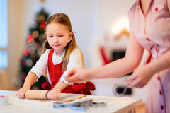 Familiebaksel op Kerstmisvooravond royalty-vrije stock afbeelding