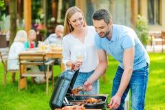 Familiebarbecue stock afbeeldingen