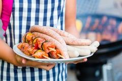 Familiebarbecue samen op terras royalty-vrije stock afbeelding