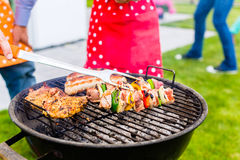 Familiebarbecue in tuinhuis Stock Afbeeldingen