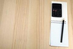 Familiebegroting Calculator, blocnote, potlood stock afbeeldingen