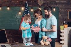 Familiebijeenkomst Concepten 3D illustratie Familiebijeenkomst met Amerikaanse vlaggen in school Familiebijeenkomst om onafhankel Stock Afbeelding
