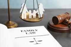 Familiecijfer, schalen van rechtvaardigheid, hamer en boek stock afbeelding