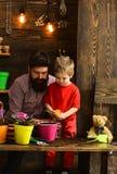 Familiedag serre gebaarde mens en weinig aard van de jongensliefde Vader en zoon Dit is dossier van EPS10-formaat gelukkige tuinl stock fotografie