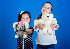 Familiedag Toy Shop De Dag van kinderen gelukkige kleine zustersmeisjes die spel in speelkamer spelen handmade het naaien en diy royalty-vrije stock afbeeldingen