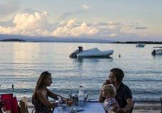 Familiediner op het strand in Vourvourou, Griekenland Royalty-vrije Stock Fotografie