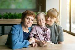 Familiedynastie van vrouwen van verschillende leeftijden stock afbeelding