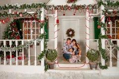 Familiefoto op een witte portiek royalty-vrije stock fotografie