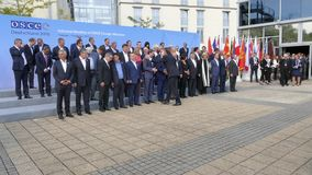 Familiefoto van Ministers van Buitenlandse zaken op de Vergadering van de Informele Minister van Buitenlandse Zaken van OVSE stock video