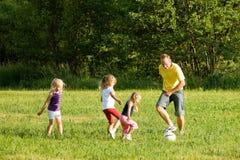 familiefussballspielt Royaltyfri Bild