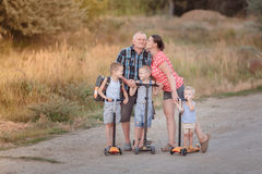 Familiegang op autopedden met zijn vrouw en kinderen op de dorpsweg dichtbij Volgograd Stock Afbeelding