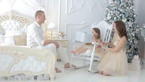 Familiegiften onder de boom stock video