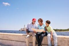 Familiegrootouders die Toeristenkaart in Habana Cuba lezen Stock Afbeelding